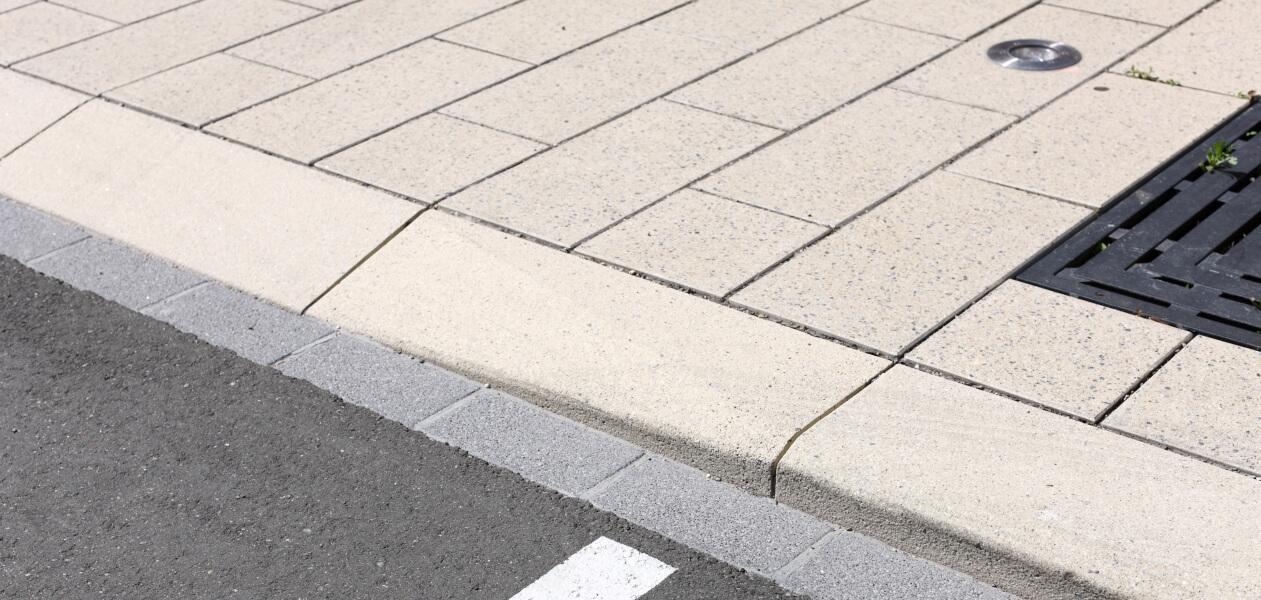 Bordures franchissables pour handicapés et pistes cyclables